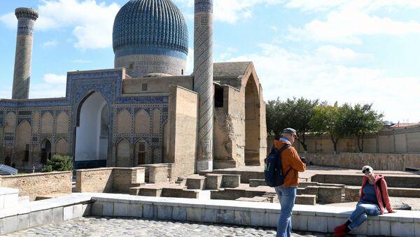 Туристы фотографируются у мавзолея Гур-Эмир и усыпальницы Тамерлана в Самарканде - Sputnik Ўзбекистон