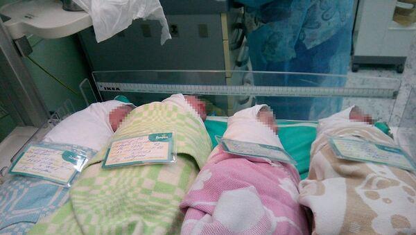 Jitelnitsa Sankt-Peterburga, zaberemenev v 37 let, rodila chetverыx detey - Sputnik Oʻzbekiston
