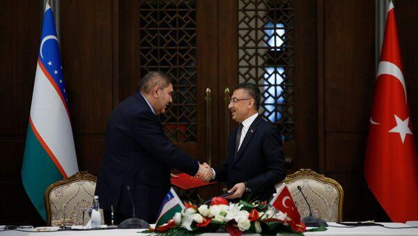 Заместитель Премьер-министра Узбекистана Эльером Ганиев и вице-президент Турции Фуат Октай  - Sputnik Узбекистан