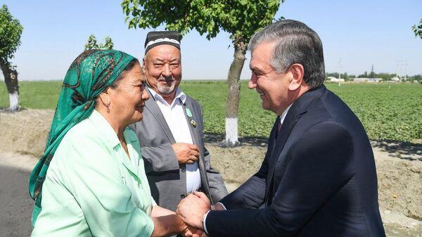 Шавкат Мирзиёев в ходе поездки в Самаркандскую область посетил фермерское хозяйство Pure milk Oqdaryo в Акдарьинском районе - Sputnik Узбекистан