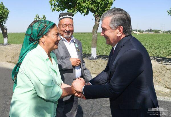 """Shavkat Mirziyoyev """"Pure milk Oqdaryo"""" fermer xoʻjaligida  - Sputnik Oʻzbekiston"""