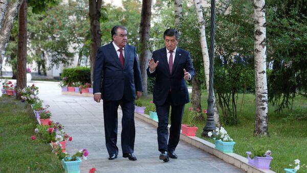 В Чолпон-Ате продолжились переговоры президентов Кыргызстана и Таджикистана Сооронбая Жээнбекова и Эмомали Рахмона - Sputnik Ўзбекистон