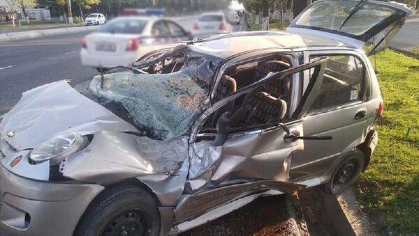 Жуткая авария в столице: Matiz въехал в рекламный щит - Sputnik Узбекистан