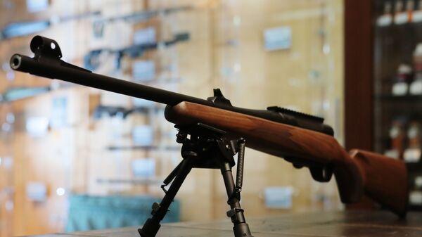 Охотничий карабин в оружейном магазине - Sputnik Узбекистан