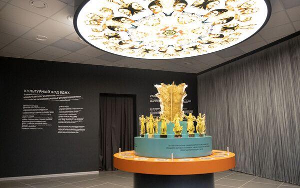 Экспонат Дружба народов в музее ВДНХ в Москве - Sputnik Узбекистан