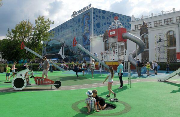 Детская площадка около Центра океанографии и морской биологии Москвариум на ВДНХ в Москве - Sputnik Узбекистан