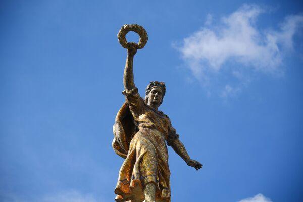 Скульптура на павильоне № 58 Земледелие (бывший Украинская ССР) на ВДНХ В Москве - Sputnik Узбекистан