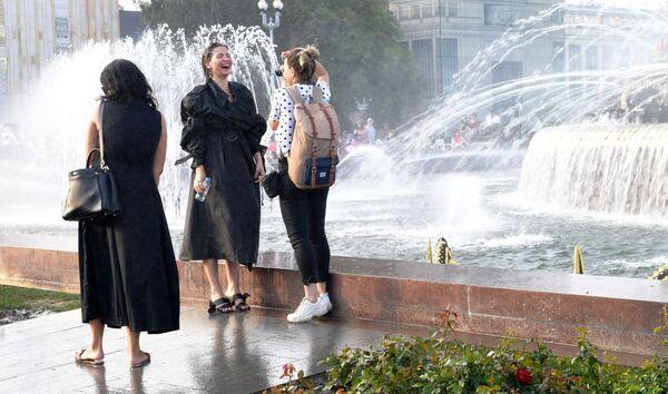 Девушки фотографируются у фонтанов Центральной аллеи ВДНХ в Москве - Sputnik Узбекистан