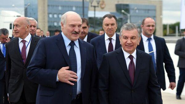 Президент Шавкат Мирзиёев в сопровождении Президента Александра Лукашенко посетил открывшуюся в Минске Национальную промышленную выставку Узбекистана. - Sputnik Узбекистан