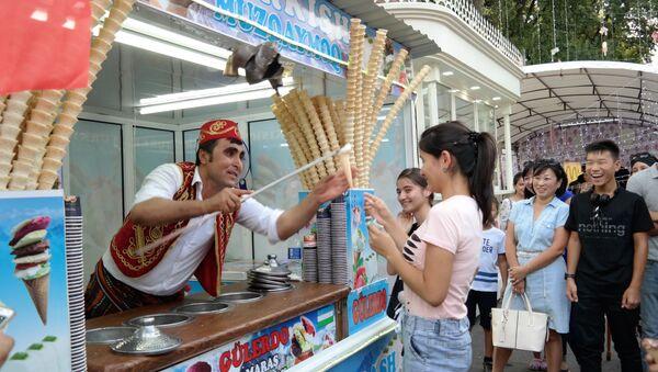 Продавец мороженого показал фокус - Sputnik Узбекистан