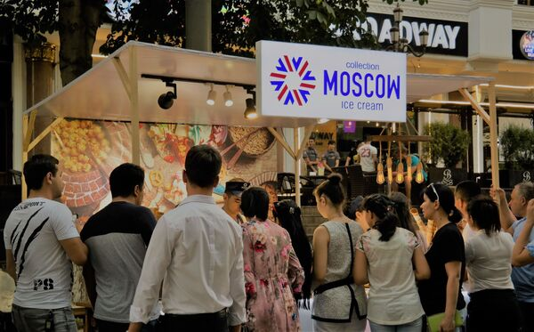 За московским мороженым стояла огромная очередь - Sputnik Узбекистан