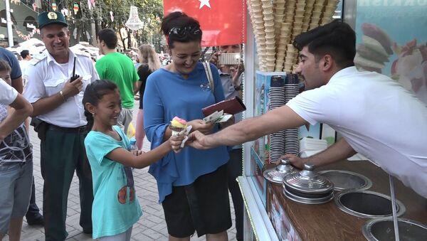 Ловкость рук и хорошее настроение: трюки мороженщика в Ташкенте - Sputnik Узбекистан