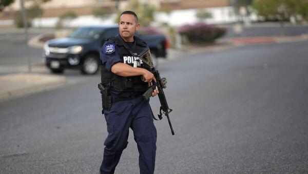 Полицейский на месте стрельбы в штате Техас  - Sputnik Узбекистан