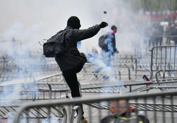 Участник беспорядков на Елисейских полях в Париже - Sputnik Узбекистан