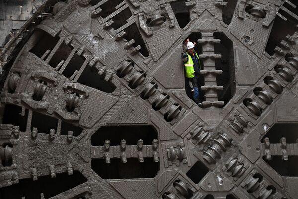 Рабочий на тоннелепроходческом щите во время строительства станции метро Нижегородская в Москве - Sputnik Узбекистан
