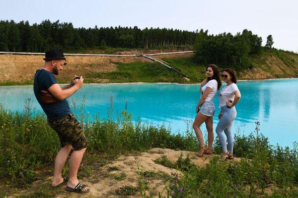 Молодые люди фотографируются на фоне золоотвала Новосибирской ТЭЦ-5 - Sputnik Узбекистан