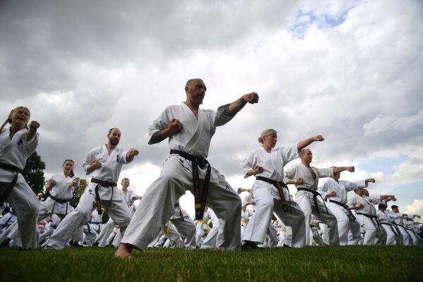 Групповое занятие восточными единоборствами в рамках фестиваля японских боевых искусств Будо в Москве - Sputnik Узбекистан