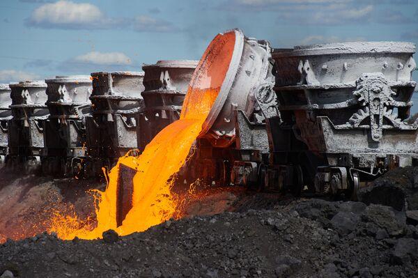 Слив шлака на территории цеха шлакопереработки Череповецкого металлургического комбината - Sputnik Узбекистан