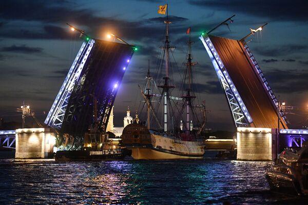 Фрегат Полтава проходит Дворцовый мост для участия в репетициях главного военно-морского парада на день ВМФ - Sputnik Узбекистан