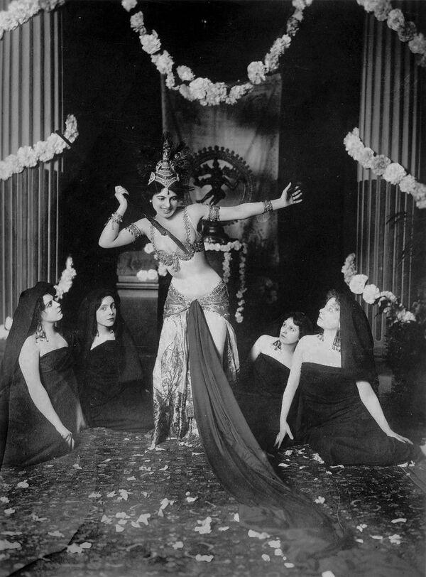 Выступление танцовщицы Маты Хари, 1905 год - Sputnik Узбекистан