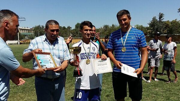 Капитан и тренер юниорской команды Бухоро на церемонии награждения - Sputnik Узбекистан