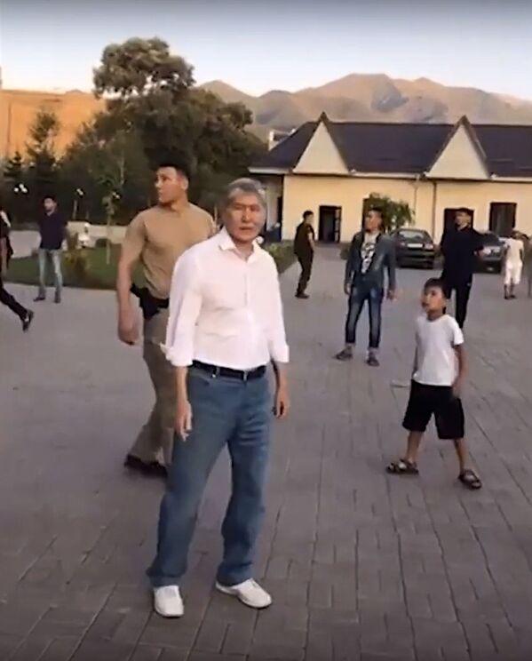 Бывший президент Киргизии Алмазбек Атамбаев в селе Кой-Таш - Sputnik Узбекистан