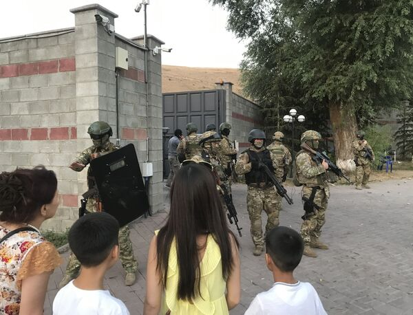 Сотрудники сил безопасности Киргизии на территории резиденции бывшего президента Киргизии Алмазбека Атамбаева - Sputnik Узбекистан