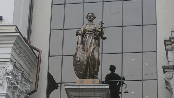 Статуя Фемиды на фасаде здания Верховного суда РФ в Москве - Sputnik Узбекистан