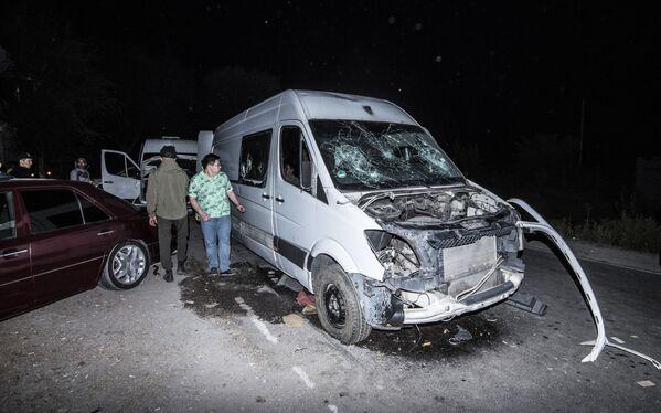 Разбитый автомобиль неподалеку от резиденции экс-президента Киргизии Алмазбека Атамбаева в селе Кой-Таш, где прошла спецоперация по его задержанию - Sputnik Узбекистан