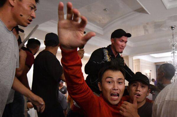 Сторонники бывшего президента Киргизии Алмазбека Атамбаева во время спецоперации в селе Кой-Таш - Sputnik Узбекистан
