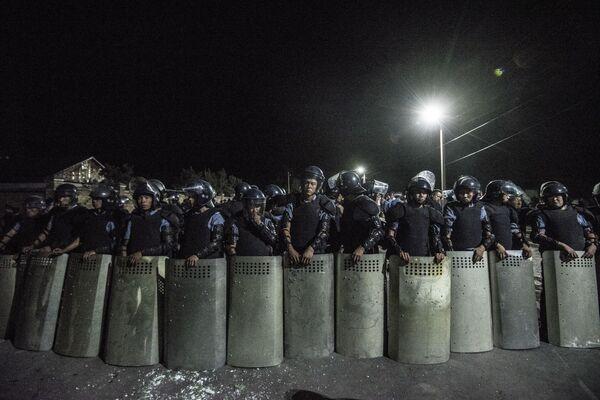 Сотрудники полиции в селе Кой-Таш, где прошла спецоперация по задержанию экс-президента Киргизии Алмазбека Атамбаева в его резиденции - Sputnik Узбекистан