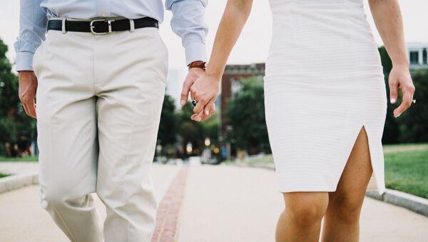 Мужчина и женщина держат друг друга за руку - Sputnik Ўзбекистон