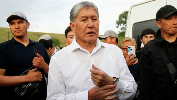 Бывший президент Кыргызстана Алмазбек Атамбаев и его сторонники присутствуют на встрече с журналистами в селе Кой-Таш близ Бишкека. - Sputnik Ўзбекистон