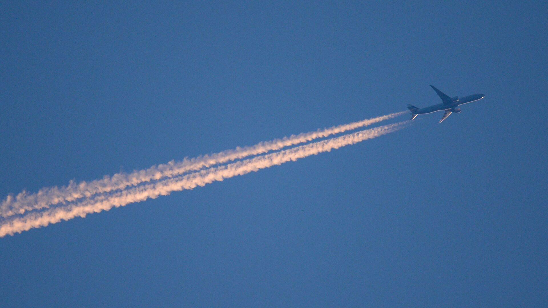 Самолет  в небе - Sputnik Узбекистан, 1920, 27.09.2021