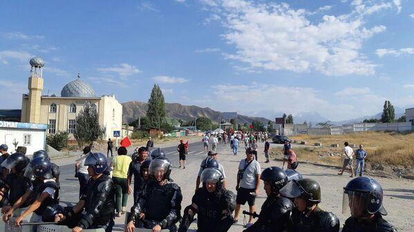 Полиция и местные жители в селе Кой-Таш, где сторонники Алмазбека Атамбаева отбили попытку спецназа ГКНБ задержать бывшего президента - Sputnik Узбекистан