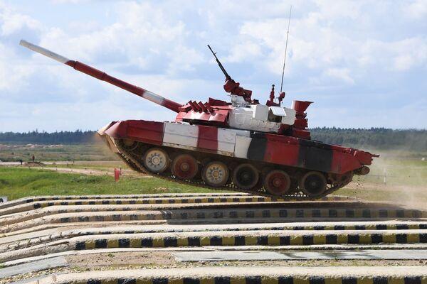 Танк Т-80 команды армии России преодолевает преграду в Индивидуальной гонке среди женских экипажей в Танковом биатлоне на V Армейских международных играх-2019 в парке Патриот - Sputnik Узбекистан