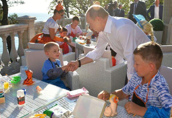 Президент РФ Владимир Путин во время встречи с детьми семей, пострадавших от наводнения в Иркутской области в Сочи - Sputnik Узбекистан