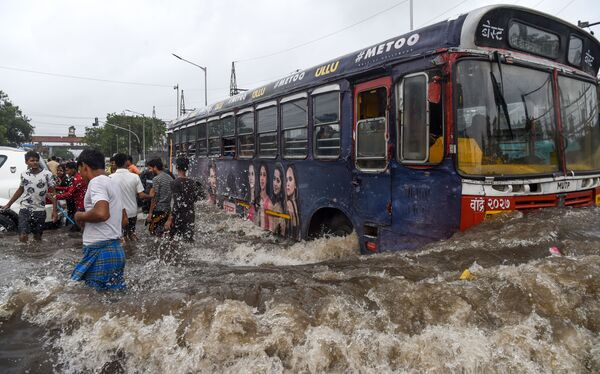 Автобус на затопленной после сильных дождей улице в Мумбаи - Sputnik Узбекистан
