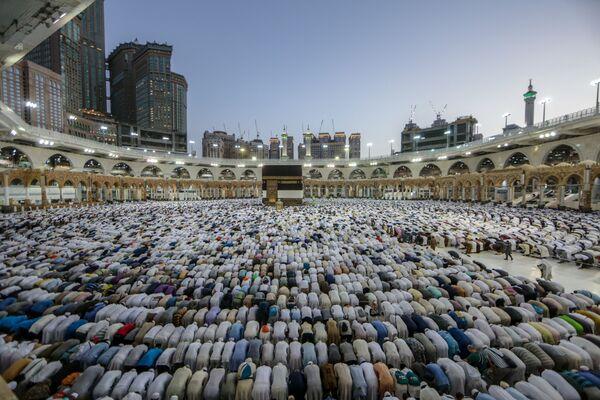 Мусульманские паломники вокруг святыни Кааба во внутреннем дворе мечети Масджид аль-Харам в Мекке - Sputnik Узбекистан