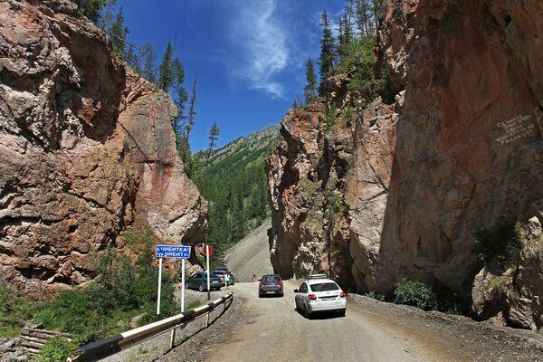 Автомобили на дороге  Чуйский тракт в Республике Алтай - Sputnik Узбекистан