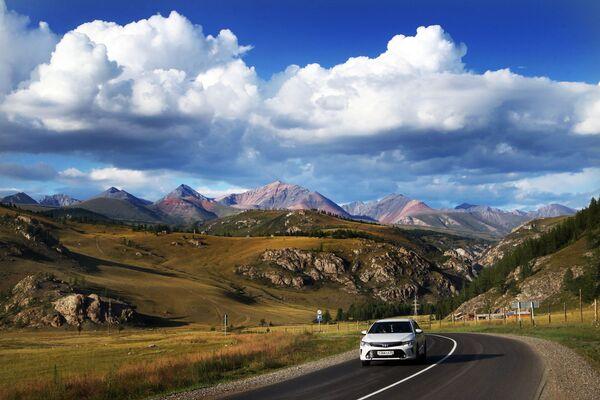 Машина едет по федеральной автомобильной дороге Чуйский тракт в Республике Алтай - Sputnik Узбекистан
