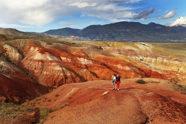 Туристы в долине Кызыл-Чин в Чуйской степи Республики Алтай - Sputnik Узбекистан