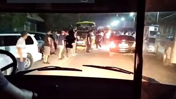 Женщина спасала спецназ от разъяренной толпы в Кыргызстане — видео - Sputnik Узбекистан