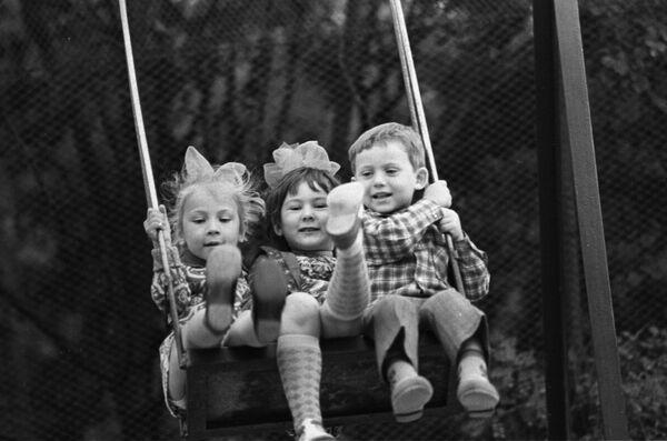 Дети на качелях в санатории Ясная поляна в Крыму. 1976 - Sputnik Узбекистан