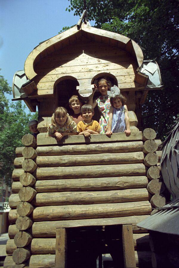 Дети на детской площадке в Большом Харитоньевском переулке в Москве. 1975 - Sputnik Узбекистан