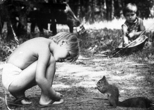 Мальчик с белкой. 1988 - Sputnik Узбекистан