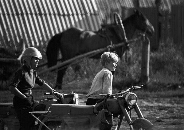 Мальчики на мотоцикле в селе Тойкино Большесосновского района. 1973 - Sputnik Узбекистан