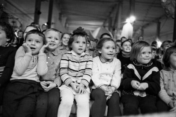 Дети на цирковом представлении в ЦВЗ Манеж в Москве. 1969 - Sputnik Узбекистан