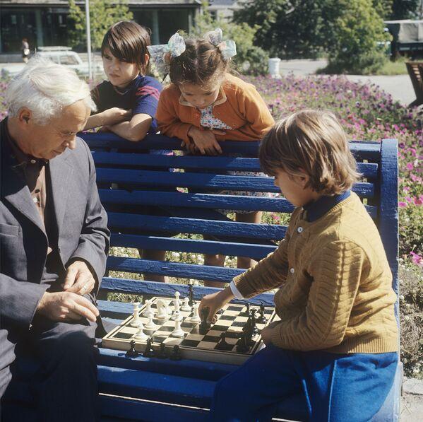 Игра в шахматы. Ангарск, 1973 год - Sputnik Узбекистан
