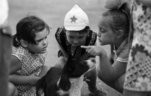 Дети играют с собакой. 1976 год - Sputnik Узбекистан